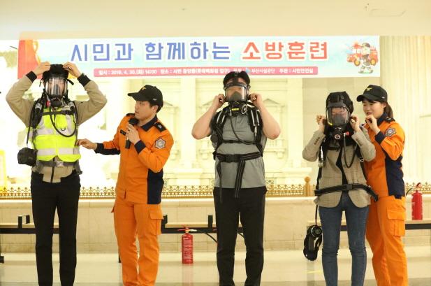 부산진소방서 소방대원들이 공단 직원과 시민을 대상으로 응급장구 착용방법을 직접 시연하며 시민들에게 설명하고 있다.